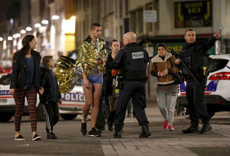 Los agentes lanzaron la operación a las 04.20 horas de la madrugada, cuando un amplio despliegue policial acordonó el barrio más céntrico de Saint-Denis