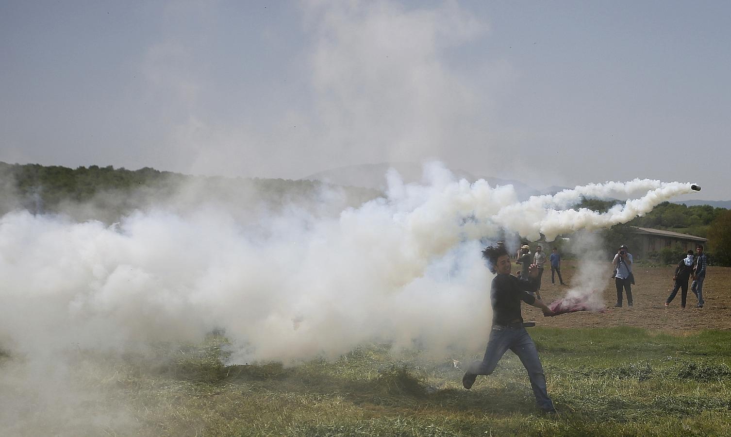Fotogalería: La Policía macedonia vuelve a dispersar con gases a los inmigrantes de Idomeni