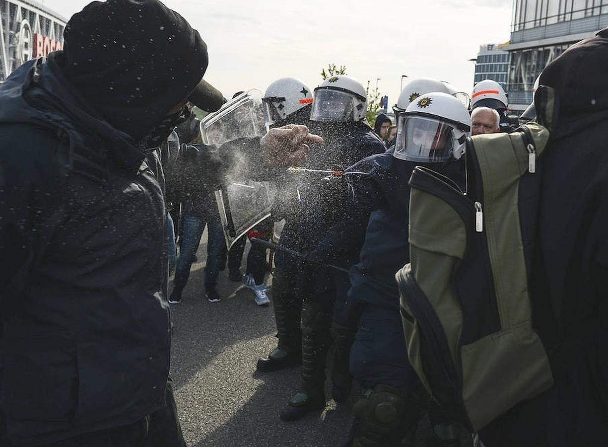 Todas las imágenes del violento choque entre policías y antifascistas en Stuttgart