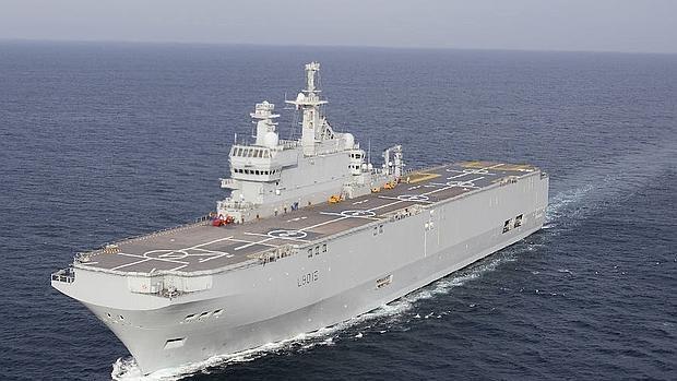 El buque francés Dixmude, de maniobras frente a Cádiz