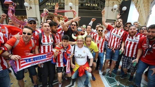 En imágenes: los aficionados españoles conquistan las calles de Milán