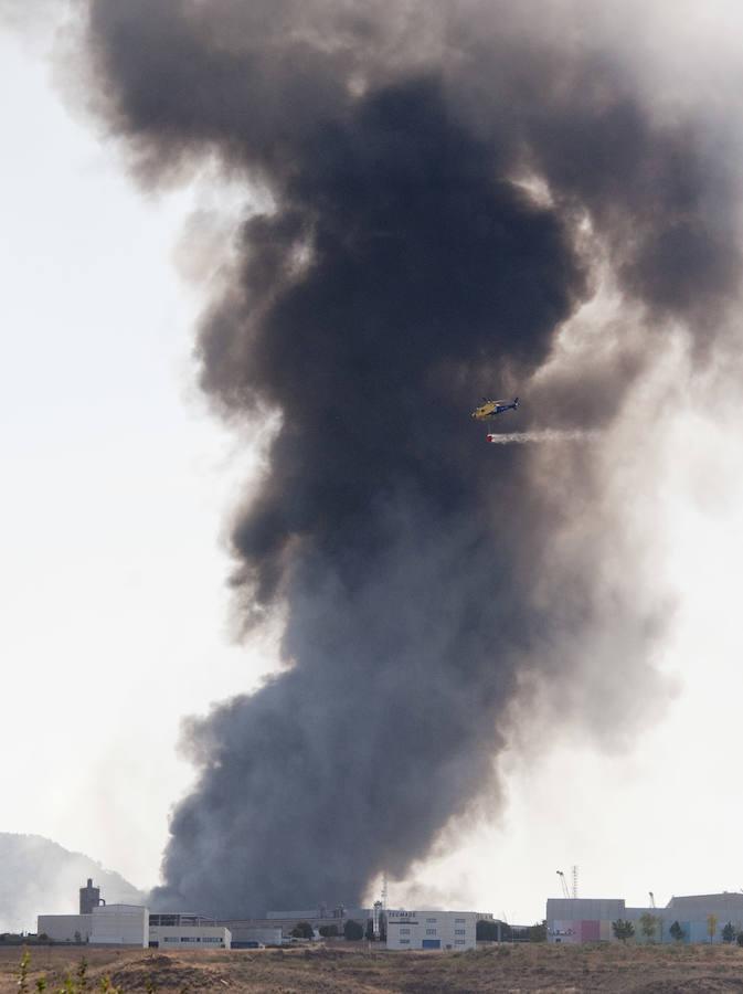 Un aparatoso incendio en una fábrica clausurada cubre de humo Guadalajara y parte de Madrid