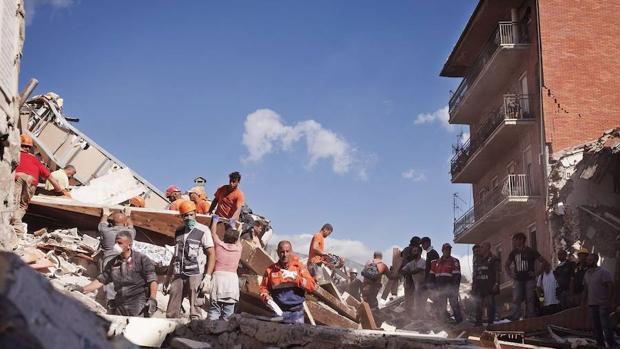 La segunda jornada de labores de rescate en Italia, en imágenes