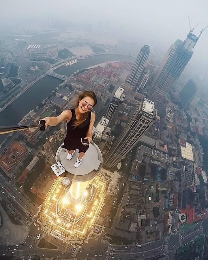 Angela Nikolau, la fotógrafa que se hace los «selfies» más peligrosos