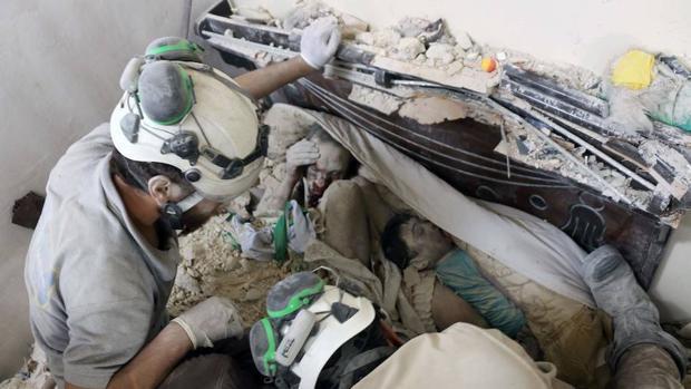 Cascos blancos rescatan a niños entre las ruinas de Alepo