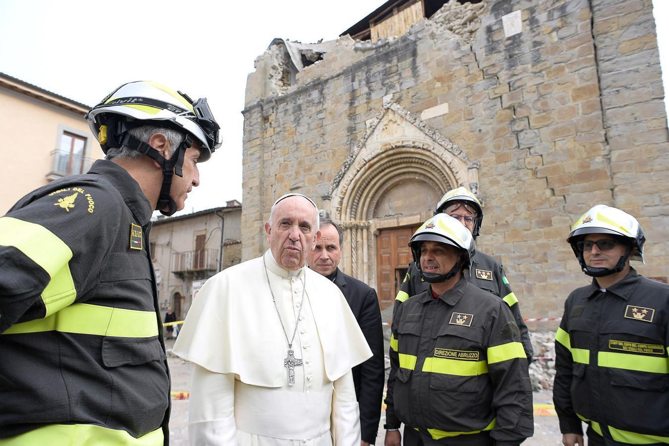 En imágenes: La visita sorpresa del Papa Francisco a Amatrice