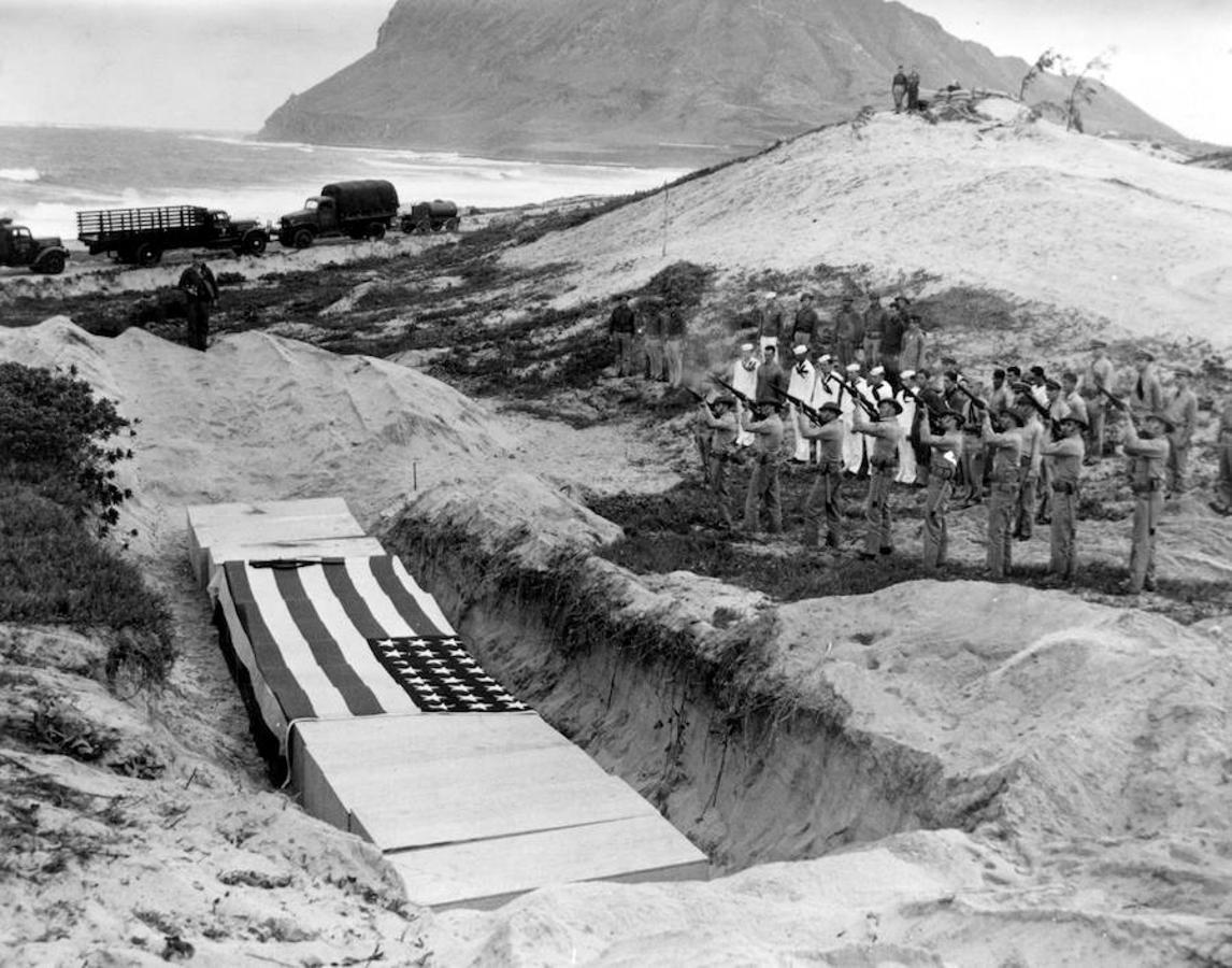 Un grupo de soldados disparan en honor a quince militares fallecidos por el ataque a la base naval de la bahía de Kanoehe (Hawai)