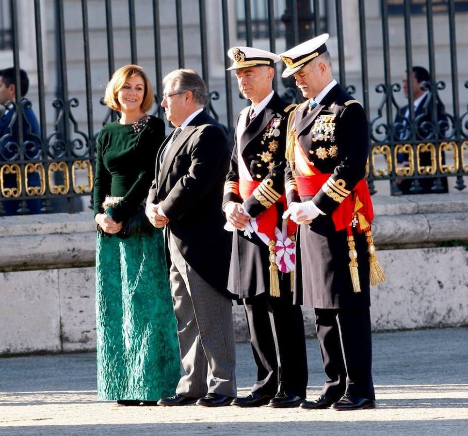 Acompañado por Doña Letizia, Don Felipe ha presidido la ceremonia de la Pascua Militar, en la que se han estrenado los nuevos ministros de Defensa, Maria Dolores de Cospedal, y del Interior, Juan Ignacio Zoido.