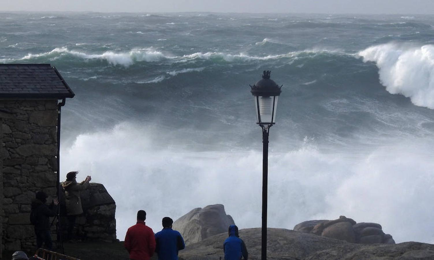 Olas de 16 metros y alerta por nieve y viento en 34 provincias españolas
