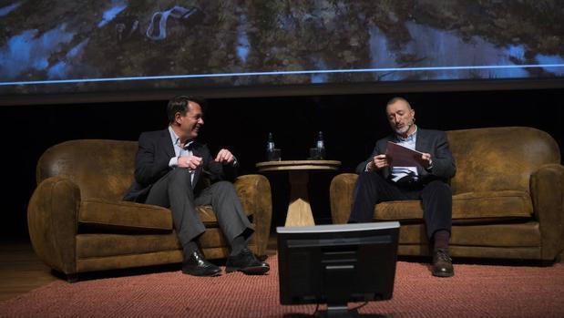 La conversación entre Pérez Reverte y Ferrer-Dalmau, en imágenes