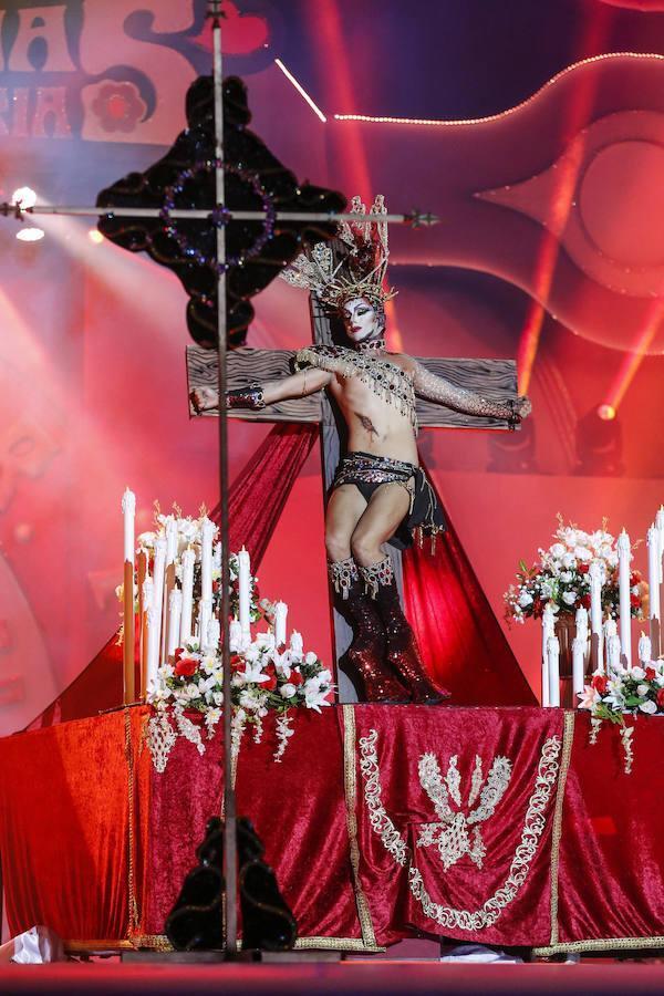 El espectáculo comenzaba con una virgen que se desnudaba y, segundos más tarde, bajaba de la cruz alguien haciendo el papel de Cristo entonando unas estrofas provocadoras.