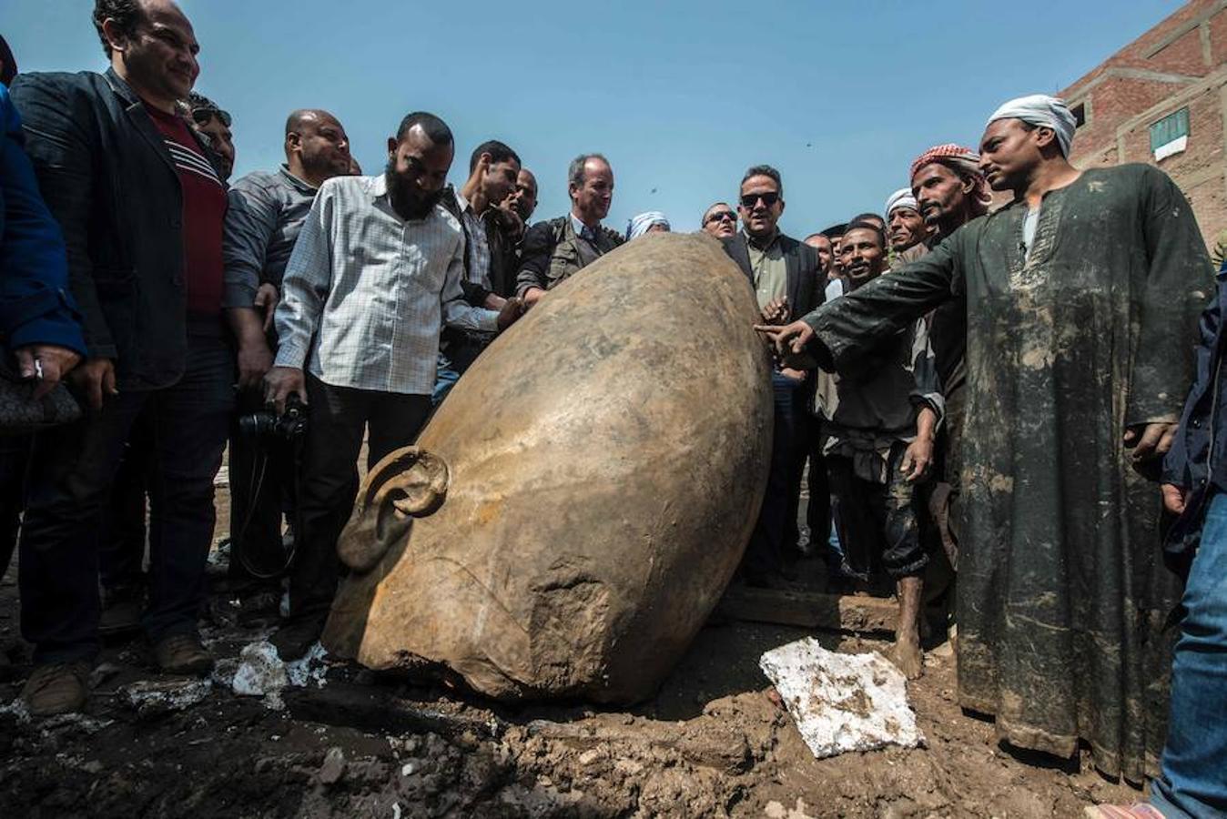 Se ha recuperado un busto de unos 80 centímetros de altura que pertenece al faraón Seti II (1200-1194 a.C.), nieto de Ramsés II (1279-1213 a.C.); y una segunda, que pertenece al templo de Ramsés II, encontrada partida en decenas de pedazos de cuarcita, y que mide unos 8 metros, en esta vetusta urbe dedicada a Ra, el dios del Sol.
