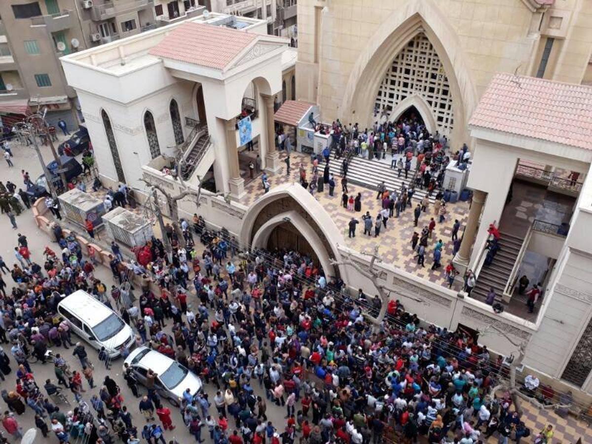 Cientos de egipcios se han acercado a los exteriores de la iglesia copta de San Jorge en Tanta, después del atentado
