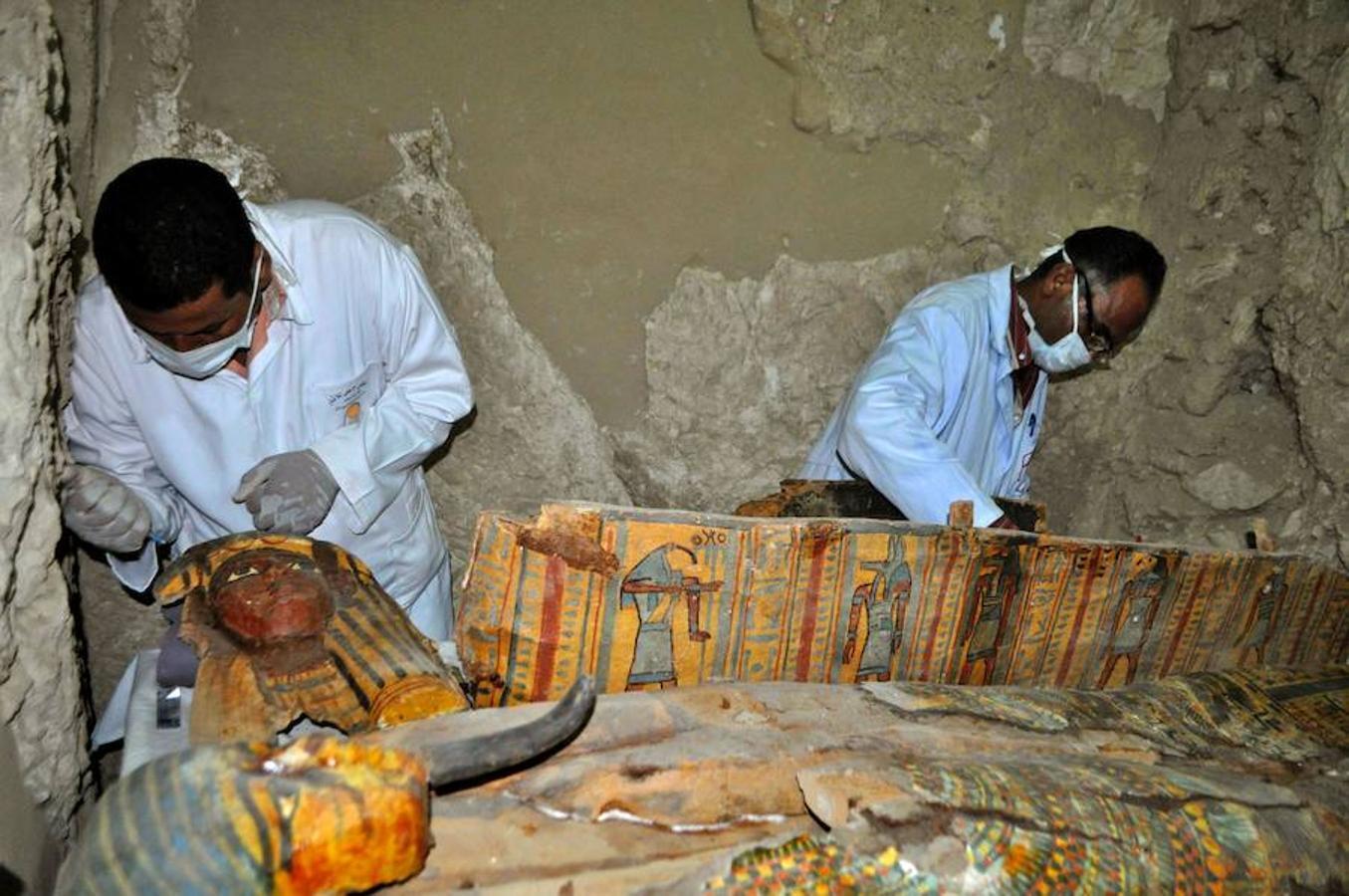Pertenece a un alcalde llamado Ausrihat y contiene ocho momias, diez sarcófagos y cientos de estatuillas funerarias, detalló a Efe el jefe de la misión arqueológica y director del Departamento de Antigüedades de Luxor, Mustafa Waziri.