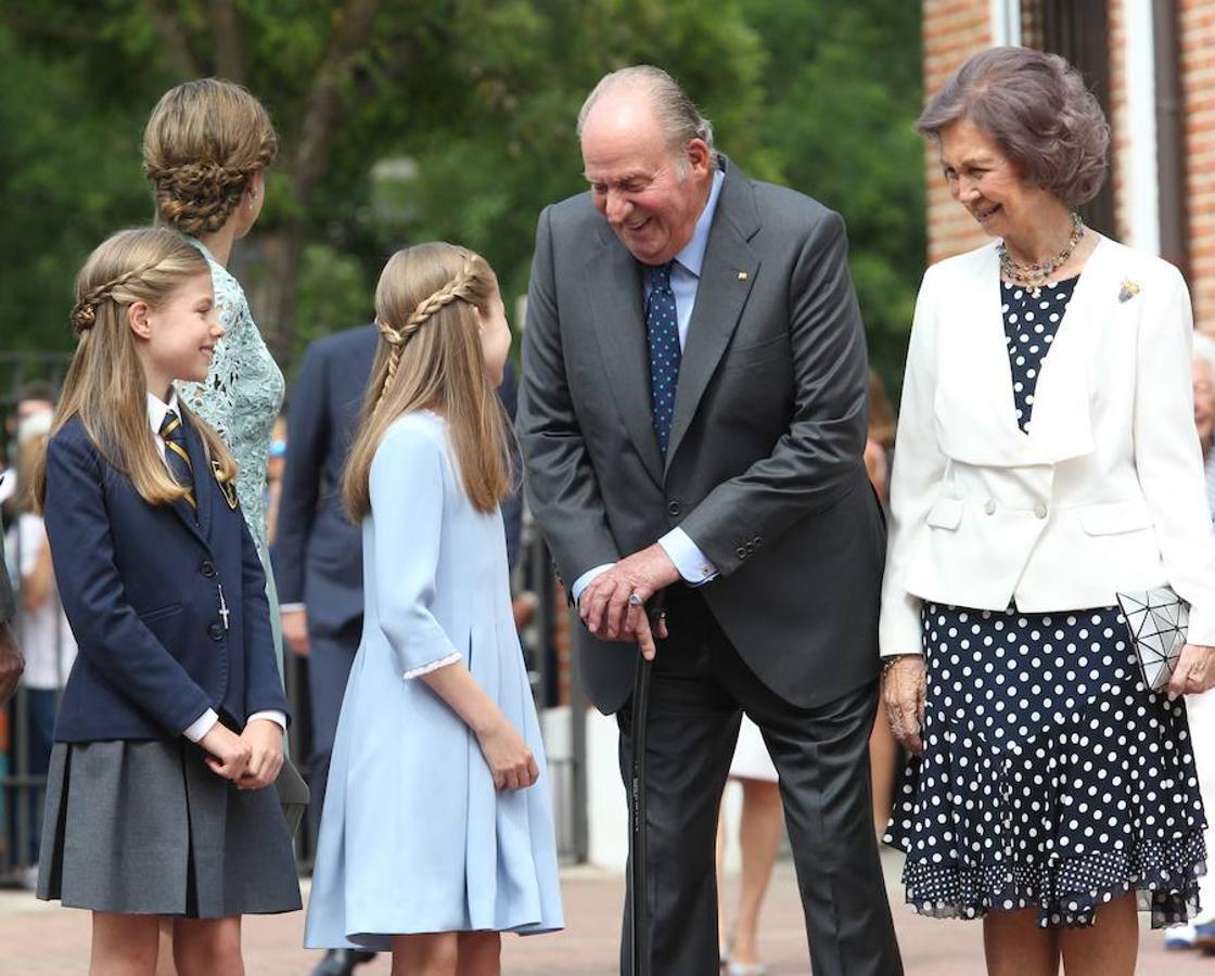 El Rey Don Juan Carlos habla cariñosamente con sus nietas