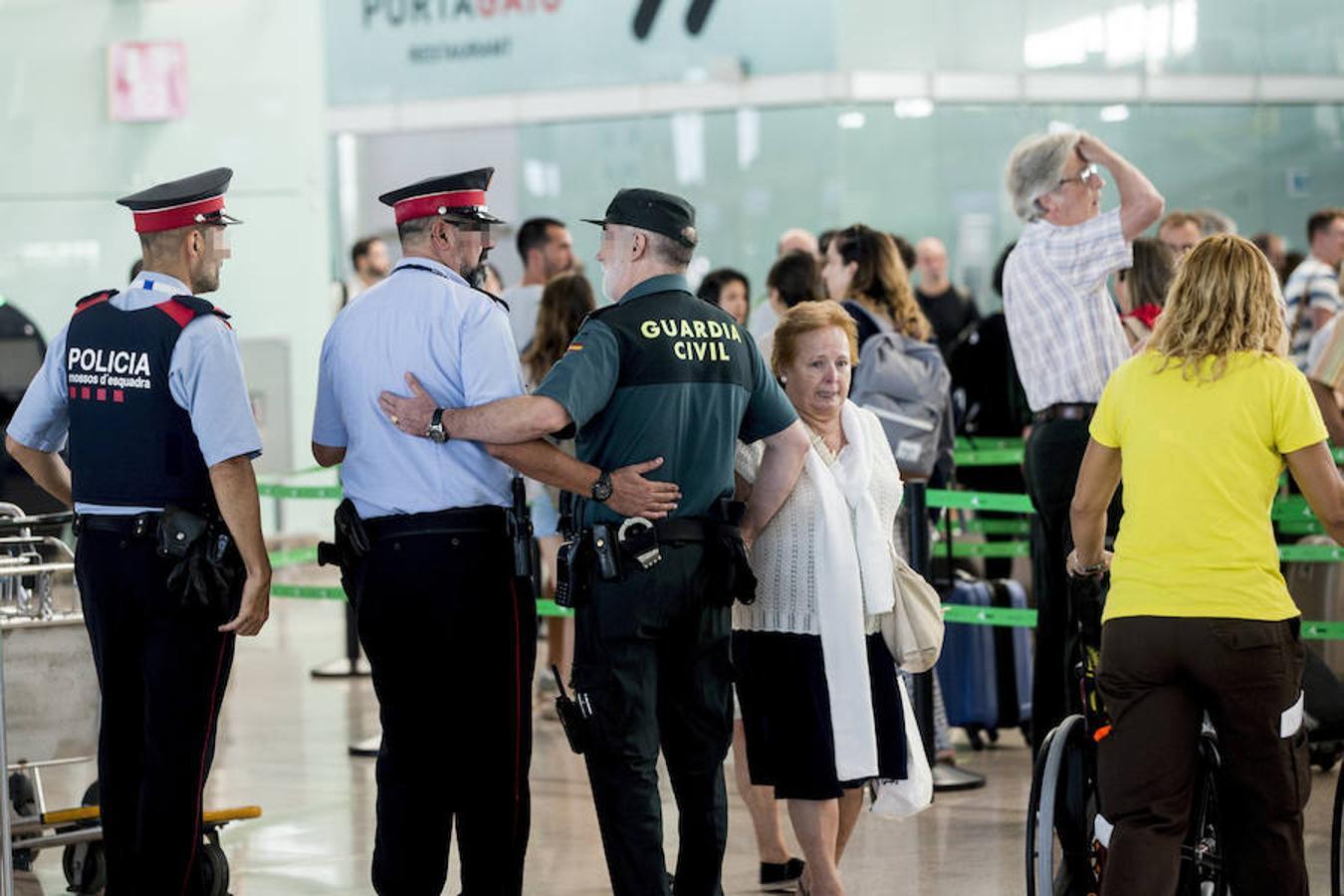 La Guardia Civil custodian los accesos a las puertas de embarque en el aeropuerto de Barcelona