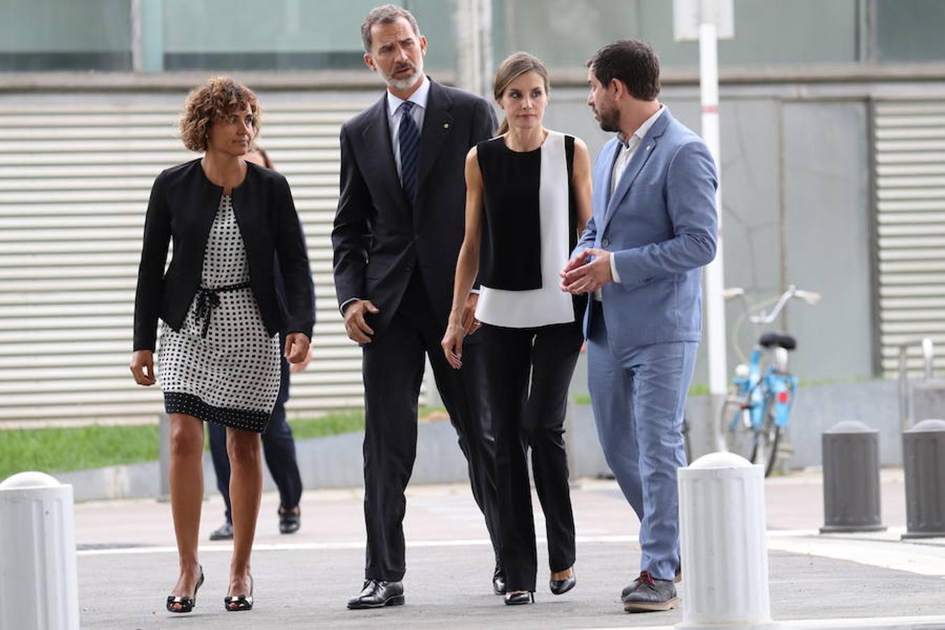 Los Reyes a su llegada al Hospital del Mar de Barcelona donde visitaron a los heridos ingresados en ese centro tras el atentado terrorista en Barcelona