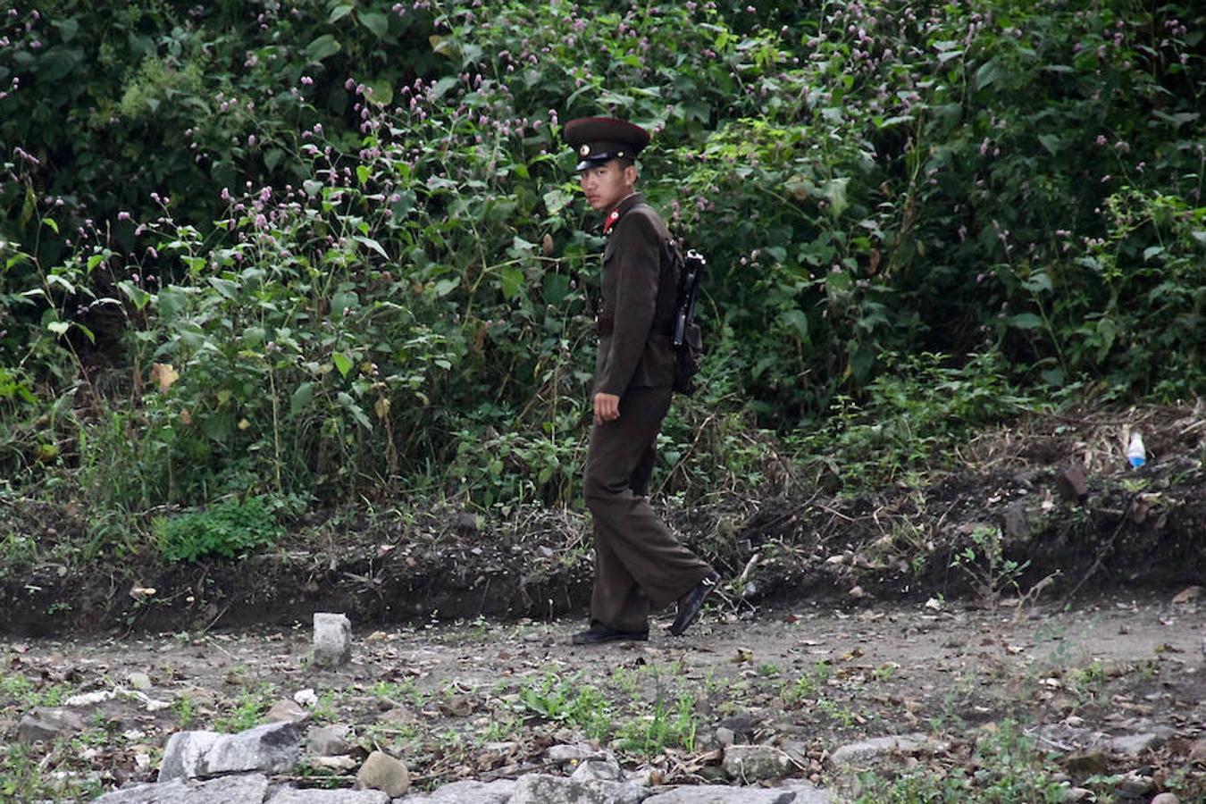 Soldados con cuerpos enjuntos y cara de niño vigilan la frontera de Corea del Norte y no dudan en apuntar a quien se acerca