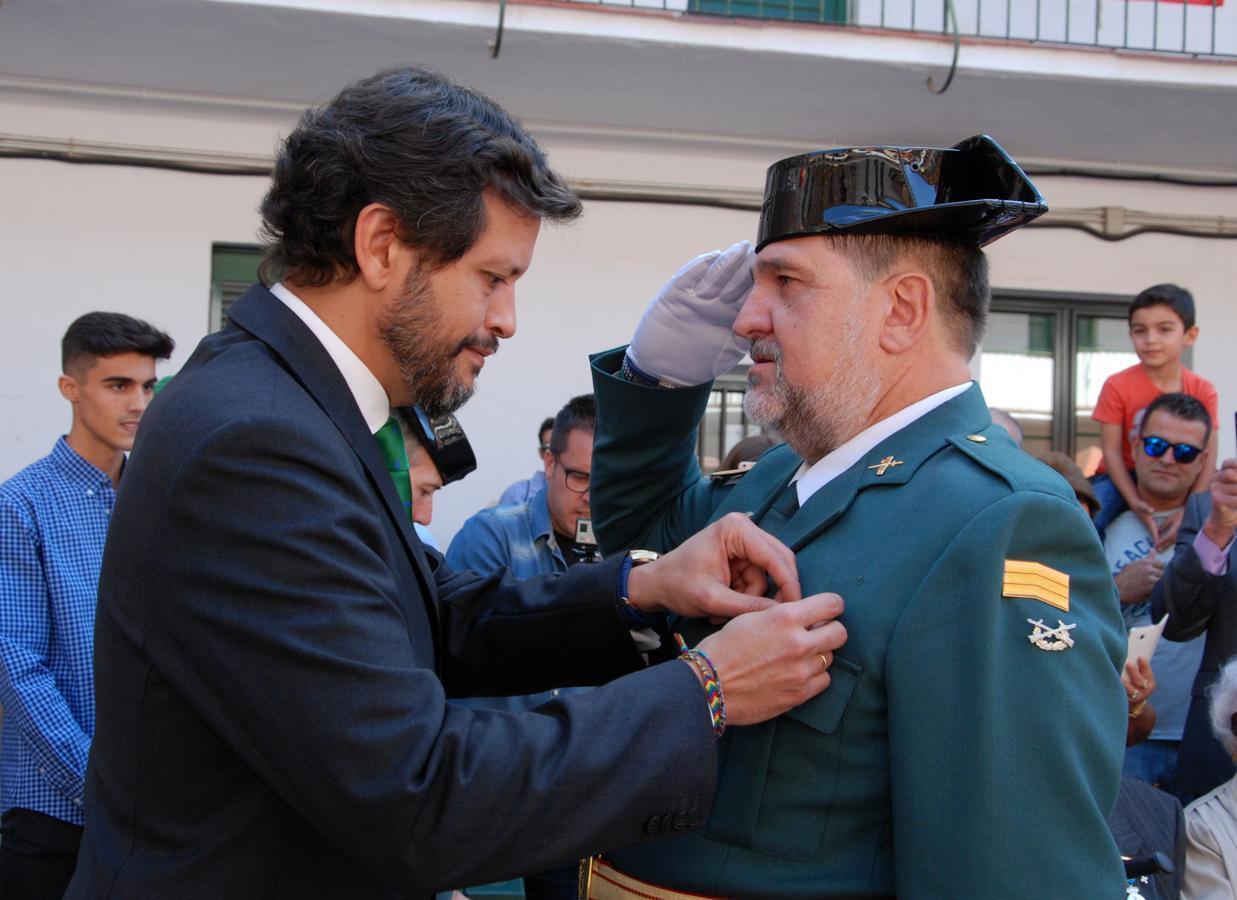 El subdelegado del Gobierno, Fernando Sanz, condecora a un guardia civil
