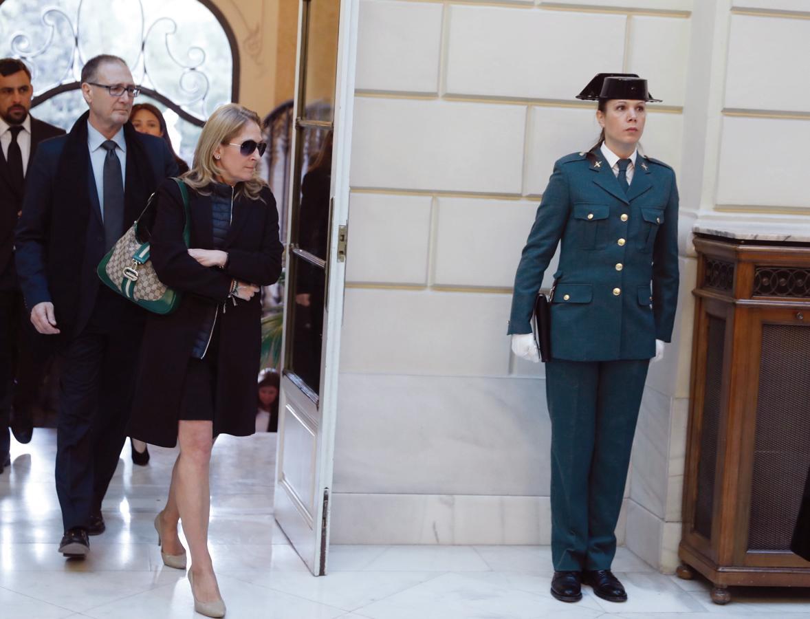 El féretro con los restos mortales del fiscal general del Estado, José Manuel Maza, fallecido el sábado en Buenos Aires, fueron repatriados la pasada madrugada
