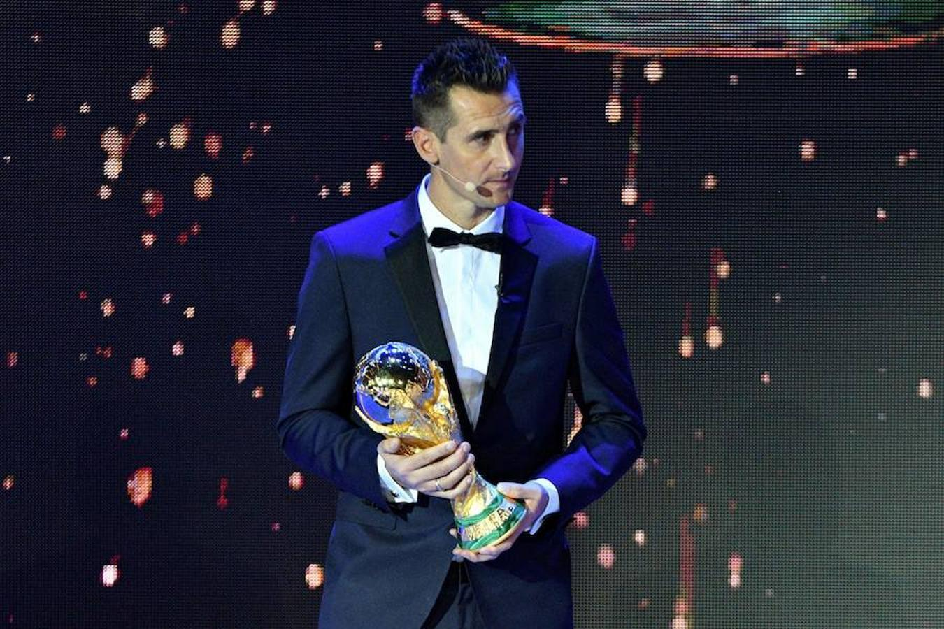 Miroslav Klose, máximo goleador de la historia del Mundial, con la Copa del Mundo