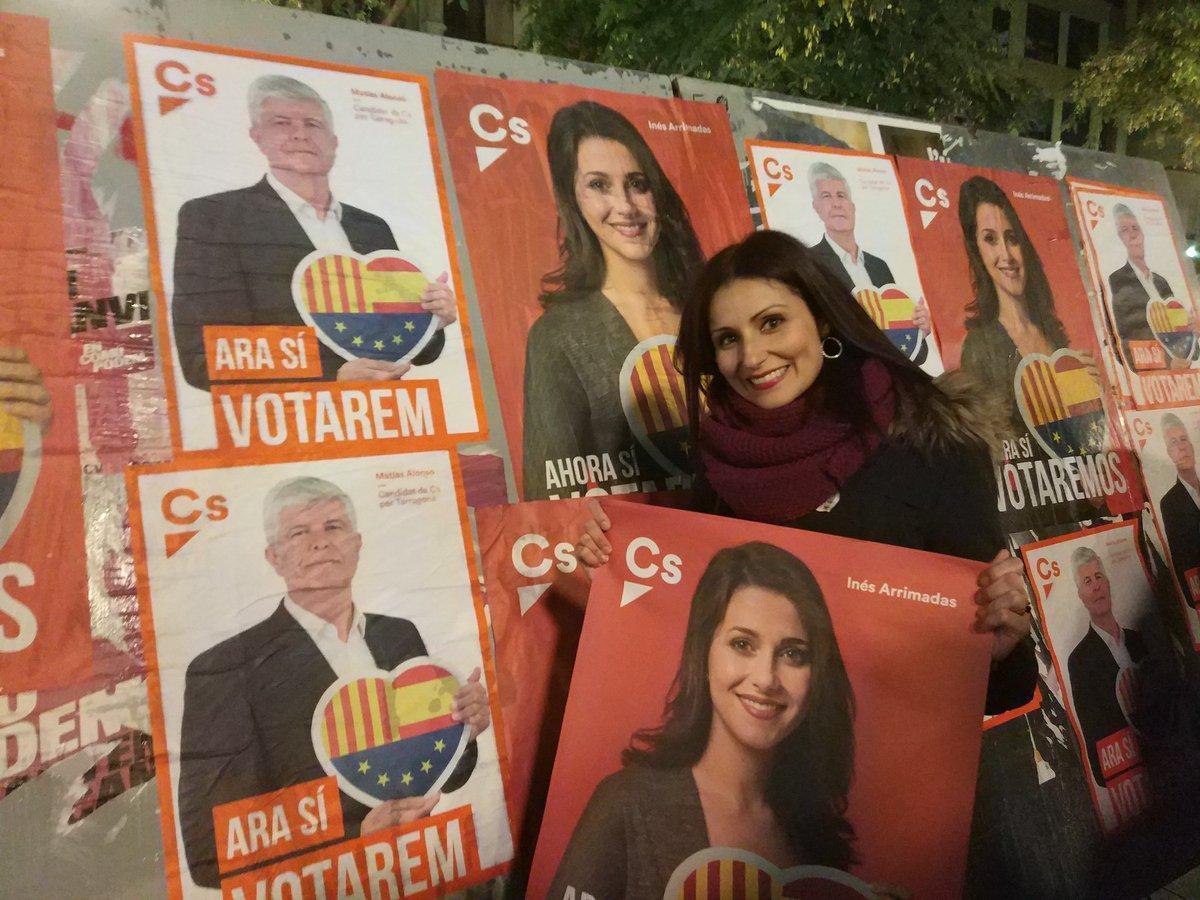 La diputada de Ciudadanos Lorena Roldán, con carteles electorales de su partido