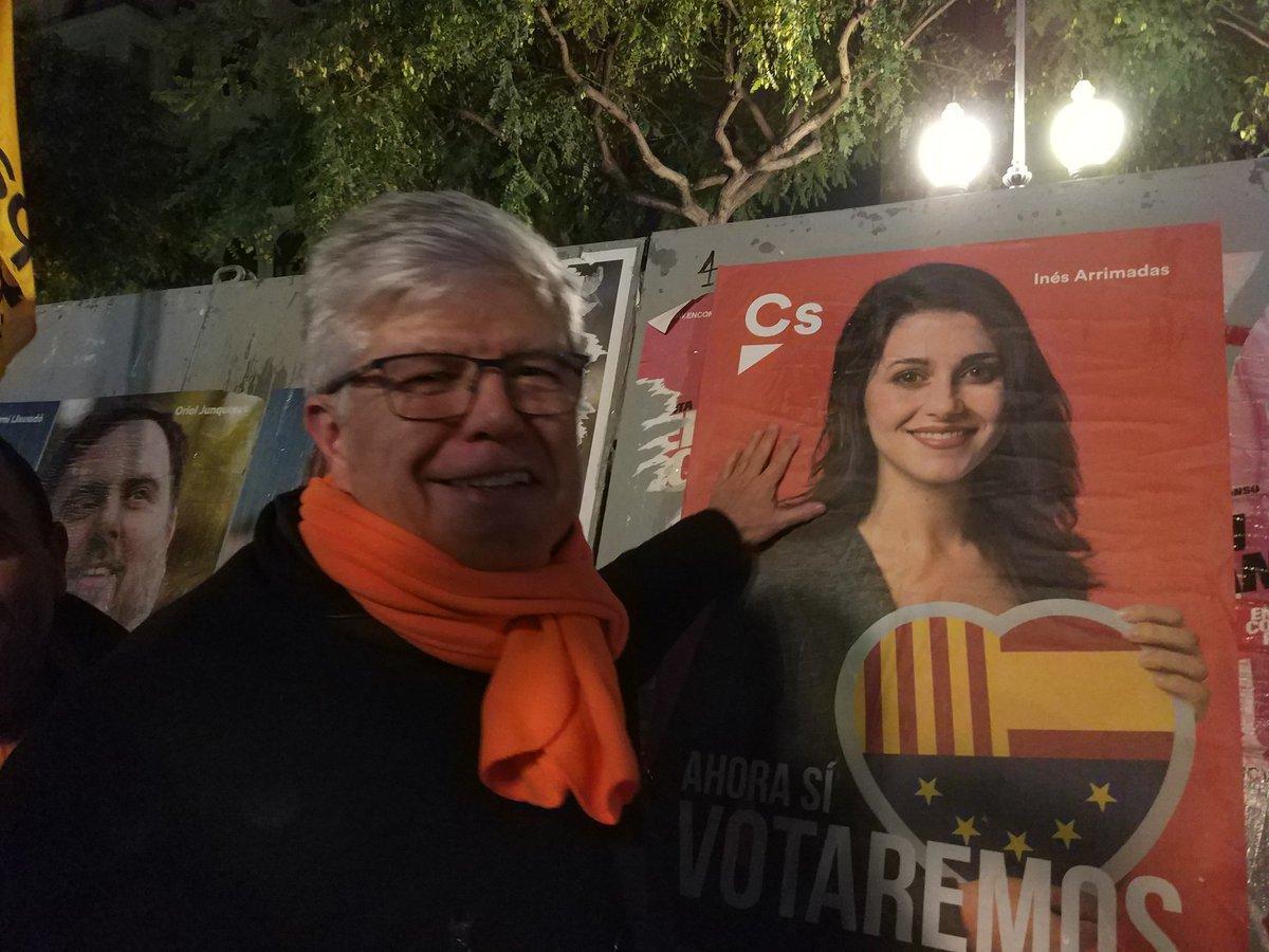 El candidato de Ciudadanos Matías Alonso, junto a un cartel de su partido