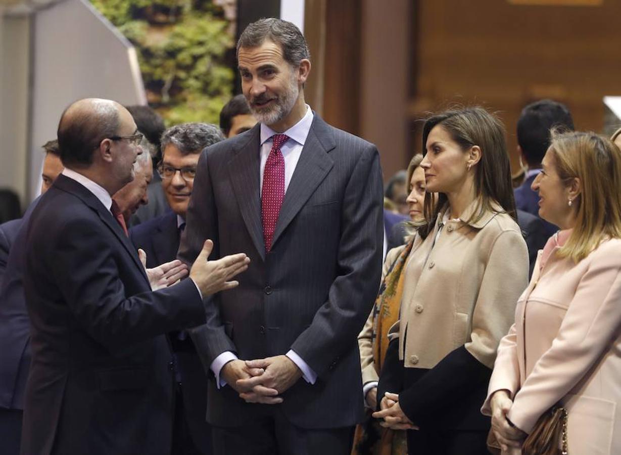 Los Reyes Felipe VI y Letizia, junto al presidente de Aragón, Javier Lambán (i),y la presidenta del Congreso de los Diputados, Ana Pastor (d), conversan en el estand de Aragón