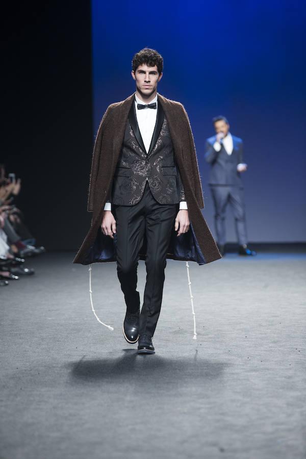 En esta, su segunda colección en la pasarela madrileña, de 32 salidas, ha propuesto un esmoquin de día y la seda con lurex combinados con abrigo de chenilla en lanas puras para la noche