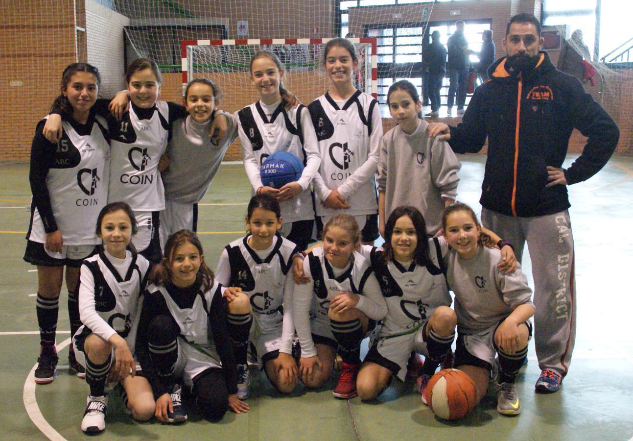 """Las mejores imágenes del encuentro de baloncesto alevín femenino entre COIN """"A"""" y Sagrada Familia Jorge Juan"""