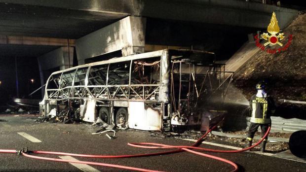 Al menos 16 muertos en un accidente de autobús con jóvenes estudiantes en Italia