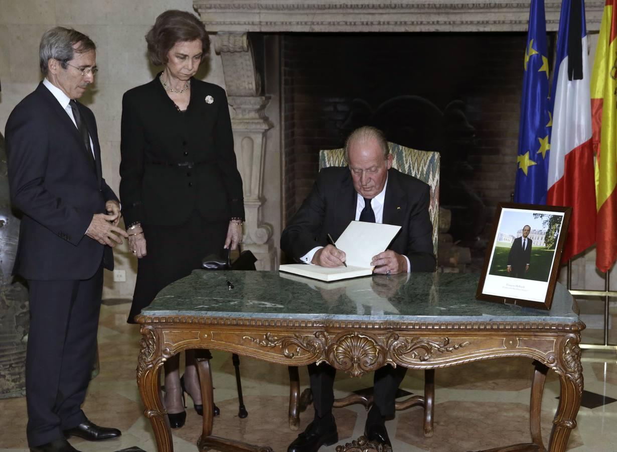 El 14 de noviembre, el Rey Juan Carlos firma, en presencia de la Reina Sofía y del embajador de Francia en España Yves Saint-Geours, en el libro de condolencias instalado tras los atentados terroristas en París