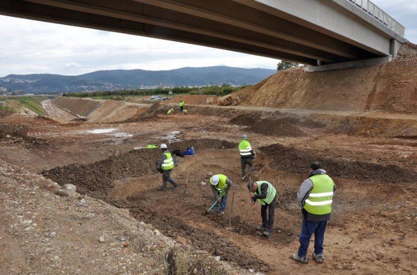Equipo de arqueología excavando a mano