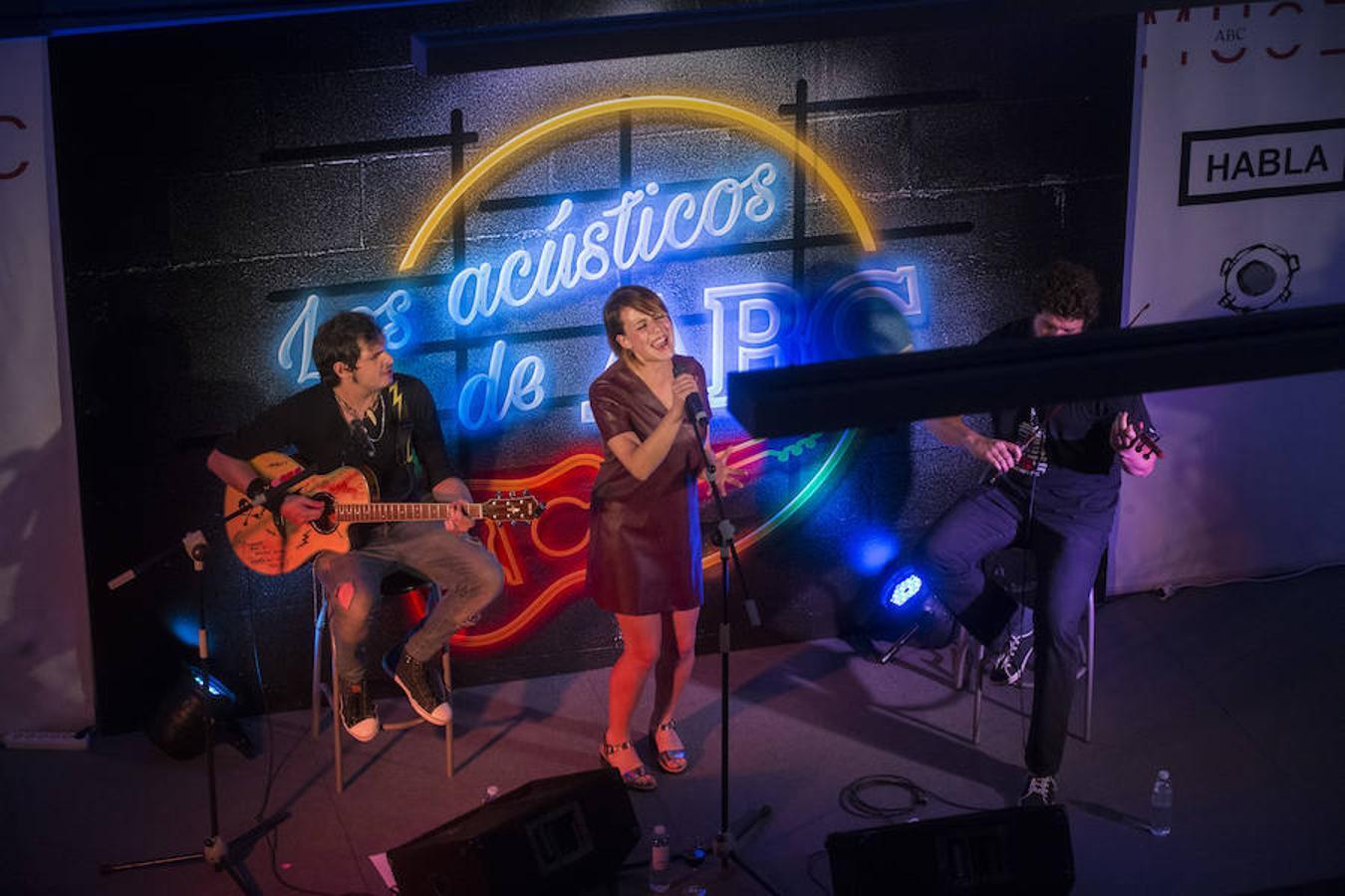 María Villalón, en plena actuación cantando uno de sus grandes éxitos «Lluvia»