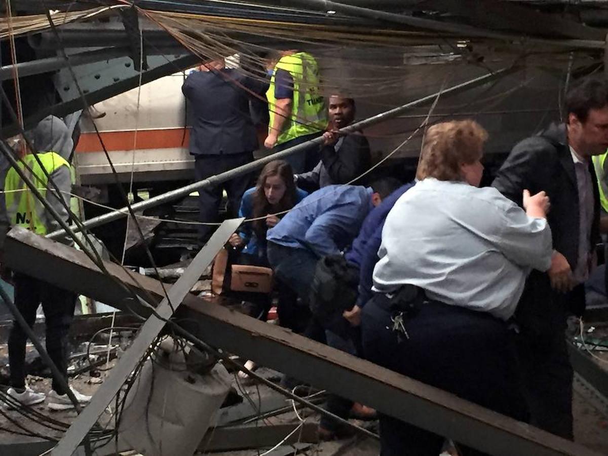 Los pasajeros salen del tren junto con los equipos de emergencia