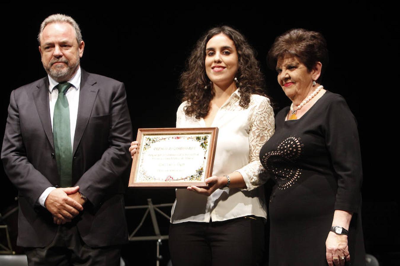 Inés Sandoval, concejal de Toledo, recogió el premio del Centro de la Mujer, en la imagen con el senador Jesús Labrador, portavoz del PP, y Mari Luz Santos