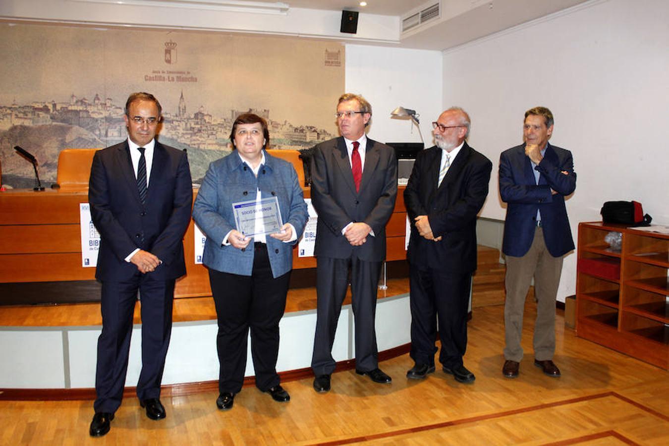 La directora del Centro de Estudios de Castilla-La Mancha, María Esther Almarcha Núñez-Herrador, recogió el premio acompañada por el rector de la Universidad de Castilla-La Mancha, Miguel Ángel Collado