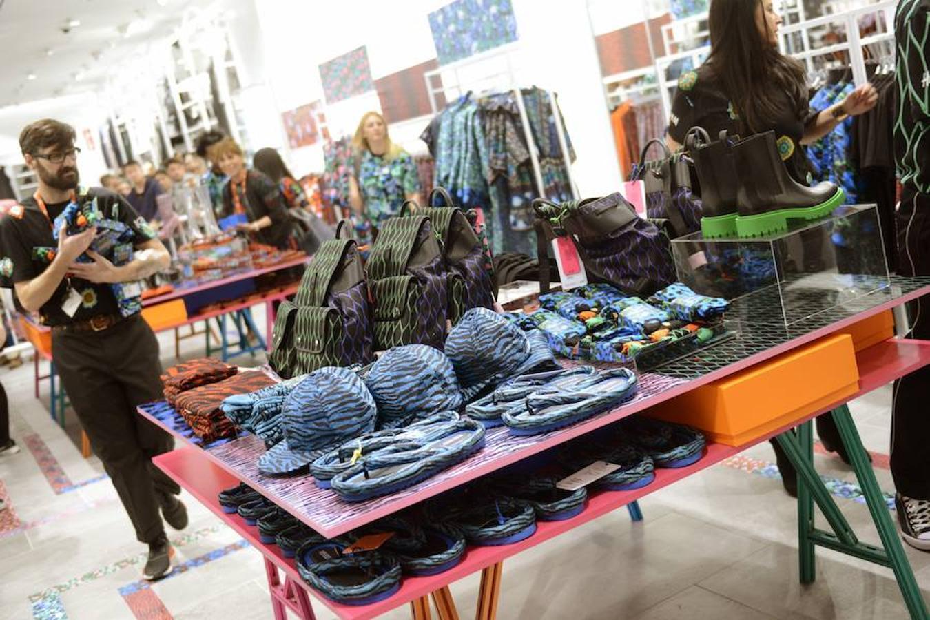 La colección de Kenzo para H&M salió ayer a la venta en 64 países, en España en 5 ciudades (Madrid, Barcelona, Bilbao, Marbella y Palma de Mallorca)