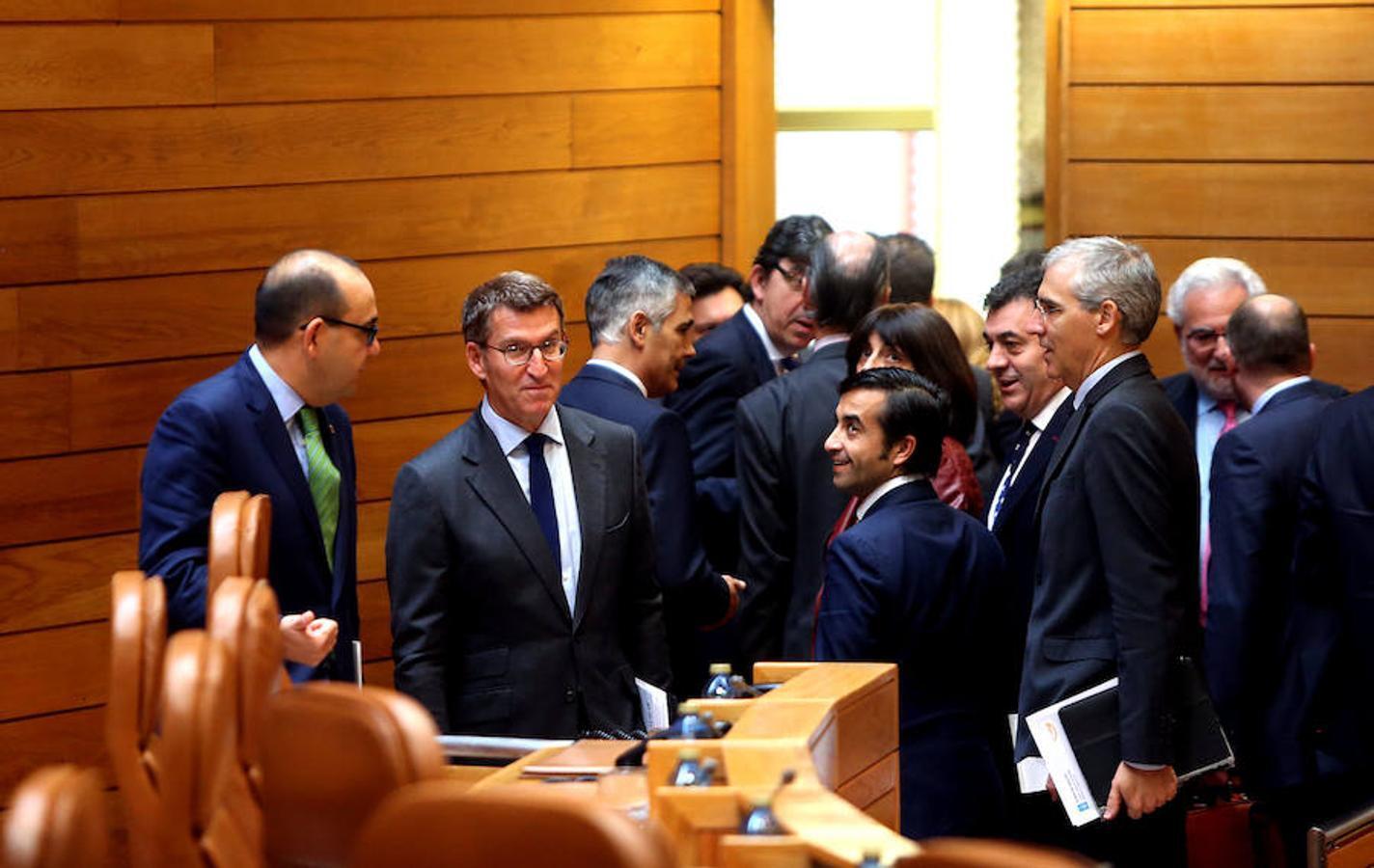 Diputados del PPdeG y miembros del equipo de Feijóo en la Xunta le arropan en el hemiciclo