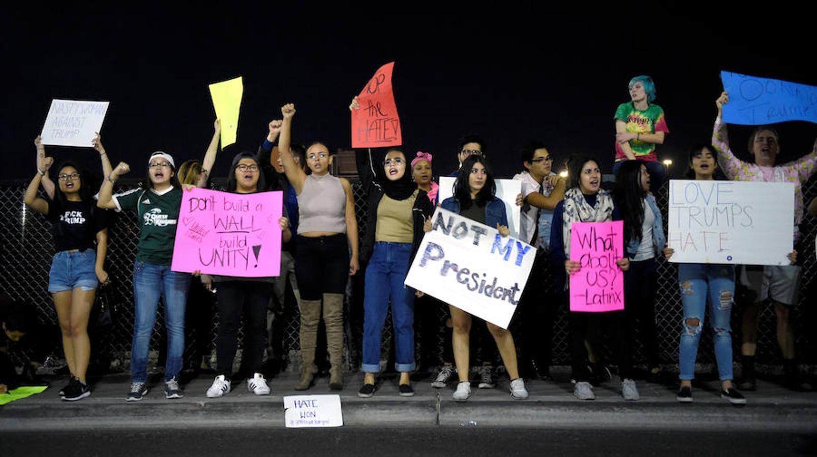 Jóvenes en Las Vegas gritan mientras sujetan carteles en los que se lee «no es mi presidente»