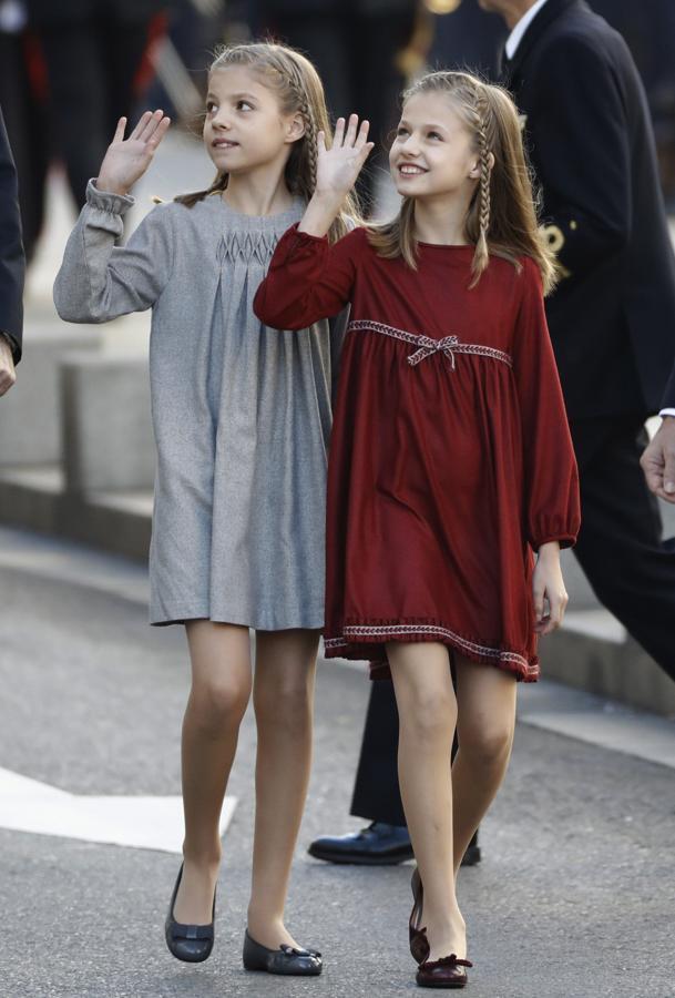 La princesa de Asturias, Leonor (dcha), y la Infanta Sofía, saludan a su llegada al Palacio de las Cortes