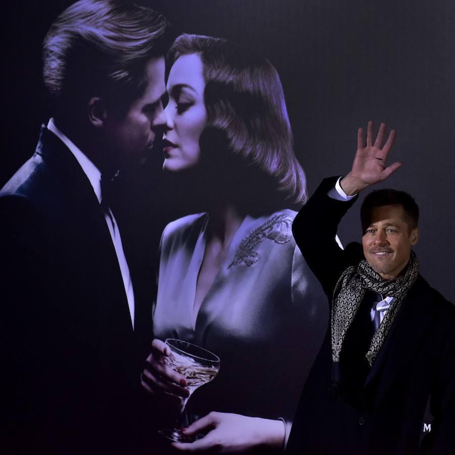 Pitt delante de una imagen de la película