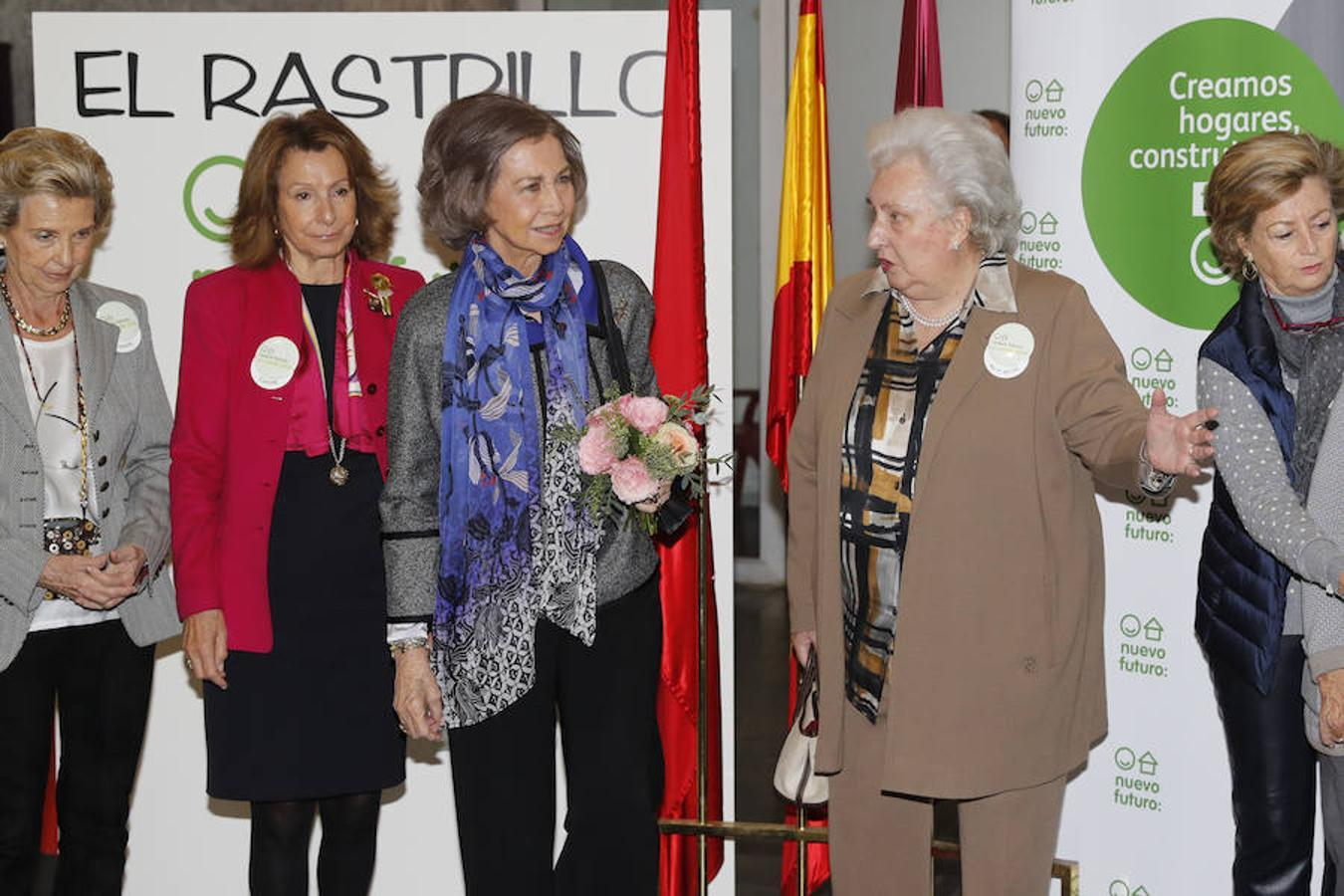 La Reina fue recibida a su llegada por su cuñada, la Infanta Doña Pilar, presidenta de honor de Nuevo Futuro, y por Pina Sánchez Errázuriz, presidenta nacional de la asociación.