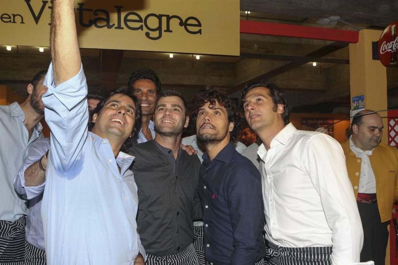 El expiloto Fonsi Nieto, los toreros Miguel Abellán y Francisco Rivera e Israel Lancho se hacen un «selfie» como recuerdo del rastrillo de este año