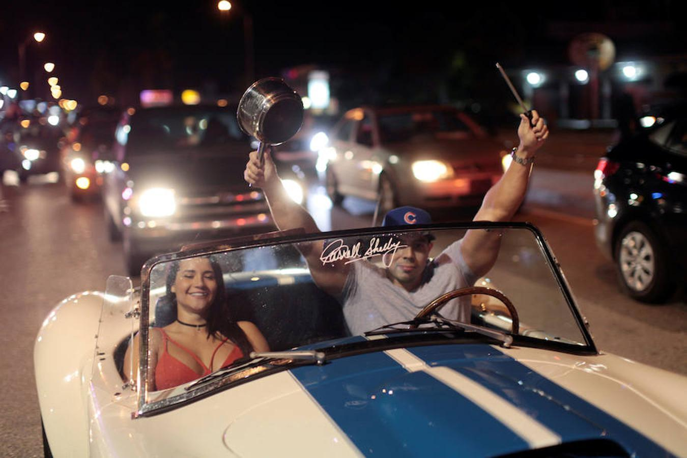 Cubanos residentes en Estados Unidos celebran la muerte de Fidel Castro en las calles de Miami, Florida.
