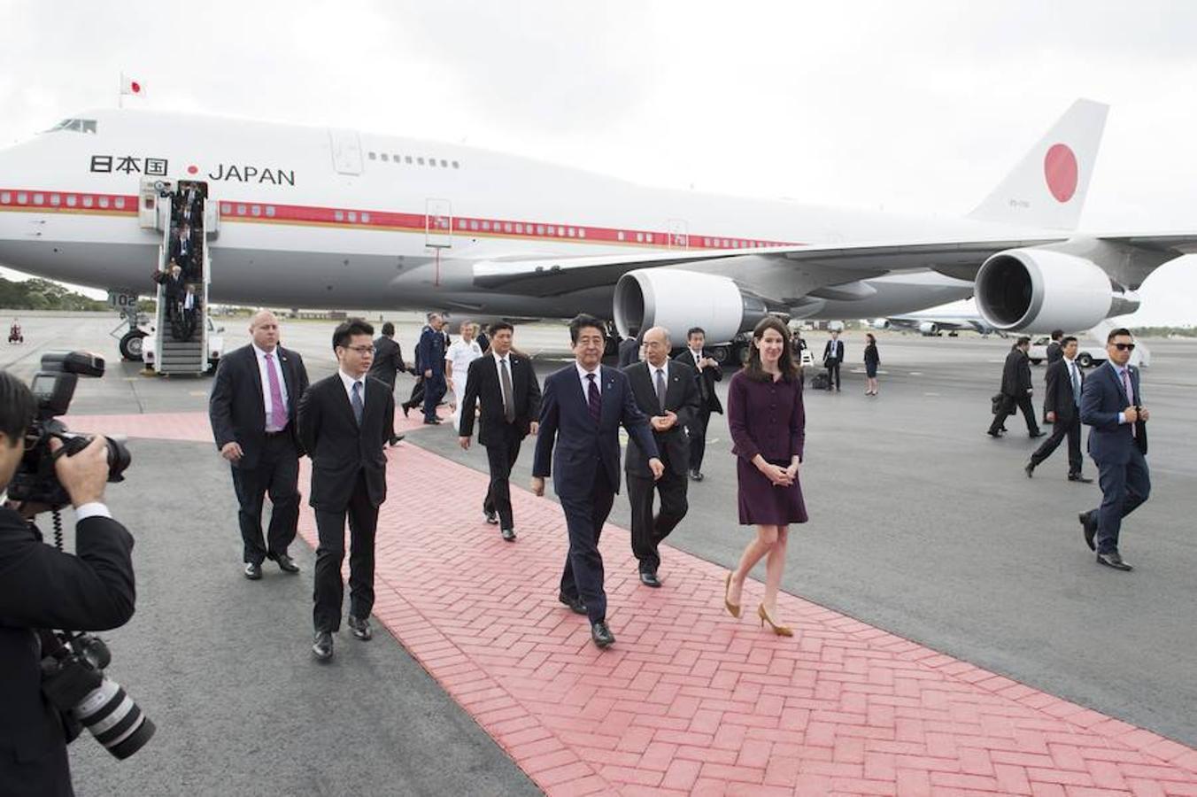 Las imágenes más destacadas de la histórica visita del primer ministro japonés a la Base de Pearl Harbor