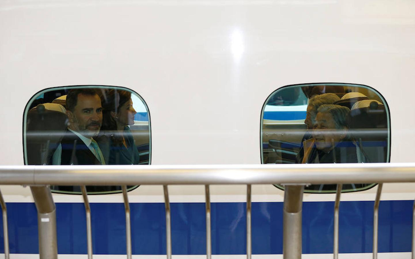 Don Felipe y Doña Letizia con el Emperador Akihito y la Emperatriz Michiko en un tren que va desde Tokio hasta Shizuoka, donde han permanecido un día.