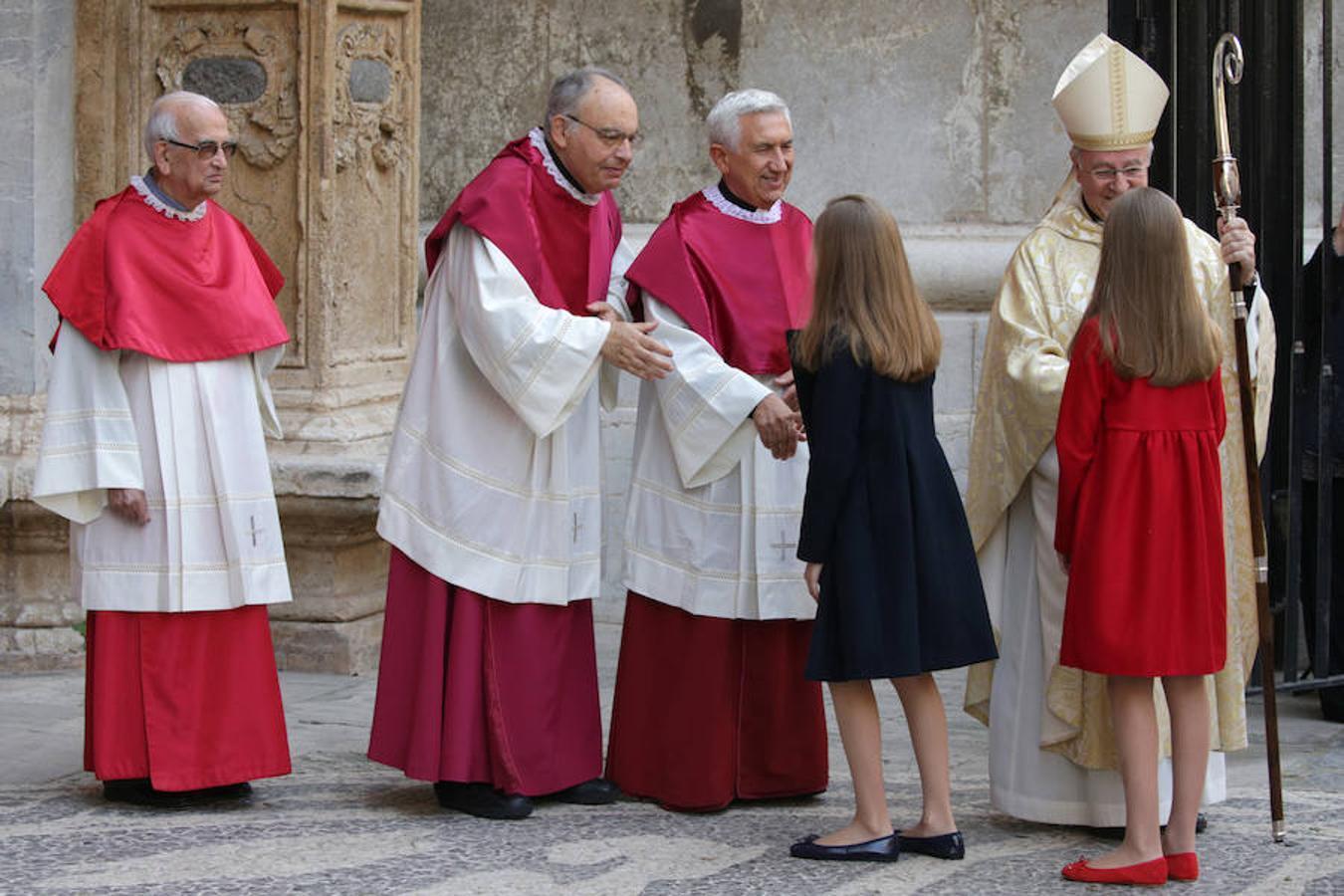 Los Reyes y sus hijas, junto con Doña Sofía, han asistido este domingo a la Misa de Resurrección celebrada al mediodía en la Catedral de Palma.