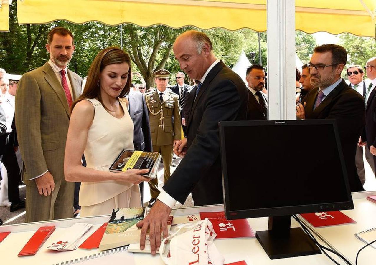 Doña Letizia compró «La habitación de Nona», con el que Cristina Fernández Cubas logró el premio Nacional de Narrativa. En la foto, el sectretario de Estado de Cultura le muestra otras obras en una de las casetas de la Feria