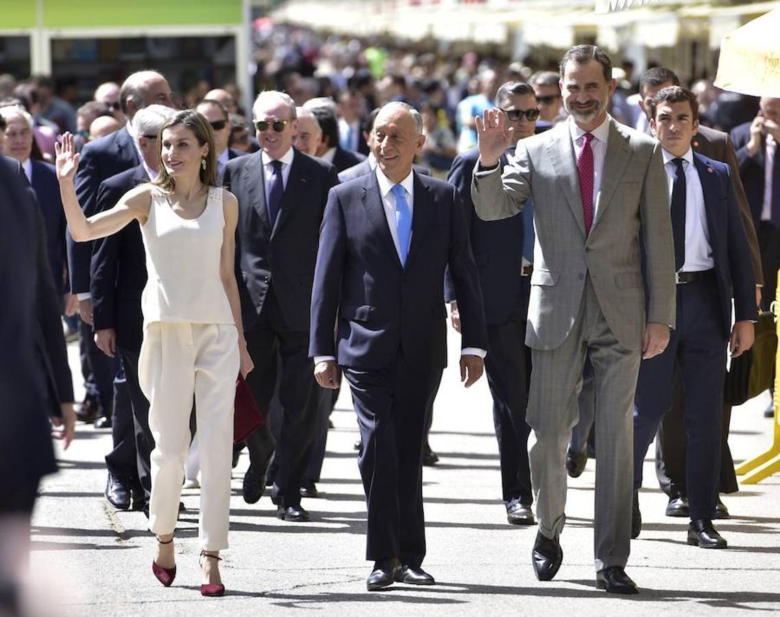 Este año, Portugal es el país invitado de la Feria. En la foto, Don Felipe y Doña Letizia pasean con el presidente de Portugal, Marcelo Rebelo de Sousa